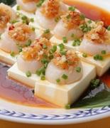 広東料理の代表的な海鮮料理。鮑の濃厚な旨味が、やさしい味付けのたれの中で一層ひきたちます。