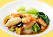鐘料理長のスペシャリテ。鳥取県産大山鶏の手羽先をオレンジで爽やかに仕上げました。 程よい酸味が新鮮。