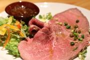黒毛和牛のモモ肉を使った、贅沢な厚手ローストビーフです!! 旨みを凝縮した逸品をお楽しみください♪