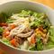 新鮮野菜がたっぷり盛られた『焙煎ごまの蒸し鶏サラダ』