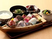 """本日厳選のお魚を""""てっぱつ""""に盛り合わせました。※てっぱつとは佐島弁で「すごく」"""