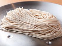福岡から取り寄せたストレート細麺が、おいしさの決め手