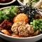 ガツ、ハツ、コブクロ、野菜などそれぞれの食感が楽しい『爆弾』