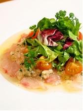 さっぱりとした酸味が食欲をそそる旬魚を使った『カルパッチョ』