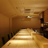 客席は白木のカウンター席のみ。身の引き締まるような佇まいですが、暖色の照明やアットホームなサービスが、店内を穏やかな雰囲気に変えています。