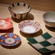器は土の温かみがある伊賀焼と華やかな色彩の有田焼が中心。焼鳥を盛る平皿に描かれた「森」の文字は、店主の息子さんが6歳のときに描いたものを使用しているそうです。
