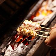 地鶏独特のかたさが強すぎず、噛めば噛むほど味が出る、山形県「庄内手づくり農場」の「庄内彩鶏」を使用。