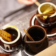 素材に応じてバターやラード、白ごま油を刷毛で塗ることでしっとり食感を実現しています。
