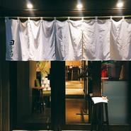 看板さえもない隠れ家的な佇まい。あえて飾り気のない店構えにすることで落ち着きを演出しています。