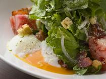 ボリュームたっぷりの新鮮なお野菜にとろとろの半熟卵がおいしい