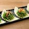 新鮮野菜をトルティーヤの皮で巻いて食べる『栞サラダ』