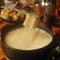 鍋を囲んでにぎやかに。お店で人気の熱々チーズフォンデュ