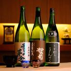 合わせる日本酒は、秋田の純米吟醸「雪の茅舎」ほか、料理との相性や季節を考えたものを5種ほど揃え、瓶ごと見せて選んでもらうようにしています。色々と飲み比べてみるのもおすすめです。