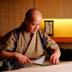 「素材をくずさず、心を込めた温かい料理をつくる」を理念に、寿司職人から独学で割烹料理の道を究めた、ご主人の鈴木さん。こだわり抜いた器に、洋の食材を使い、和の技術で生み出された料理が華やかに並びます。