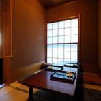 ゆったりと落ち着いて食事や会話が楽しめる接待ができるようにと、喧騒を忘れる静かな立地のこの場所に移転して20年以上。要人も訪れる店には、6名ほどで会食ができる個室も設えてあ理ます。