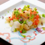 サヨリ、赤貝、小柱、車エビをサラダ仕立てに。果実の酸味とオリーブオイルの香りが立つ洋風の一品です。
