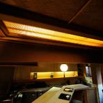 京の町家にあった部材を使用してつくられたこだわりの内観。木の温もりにあふれる優しい空間が広がります。