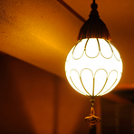 ホッとくつろげる程よい明るさの間接照明は、京都の公家宅で実際に使われていたものを使用しています。