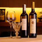 バカラのグラスで楽しむワイン。料理との相性を考え、ドイツやフランスをメインに選んでいます。