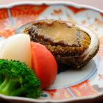 冬なら三陸、夏なら北海道や千葉と、季節によって仕入先を変えて買い付けるアワビ。火入れをするほど旨みや甘みの増す食材ですが、料理に合わせて時間を調整しないとその持ち味が発揮されない難しさもありますね。
