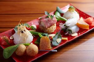 3種の寿司が目にも鮮やかな野菜とともに
