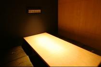 シックな色調の半個室。心のこもった料理で特別な時を過ごせます
