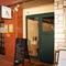 グリーンのドアと控えめな看板が目印。品の良いオシャレな雰囲気