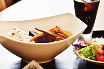 有機野菜を贅沢に使った『週替わり玄米カリー』