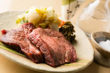 さまざまな種類を食べ比べ『千代芭牛たん3種焼き』