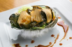 やわらかな食感と海の香り豊かな『鮑のバター焼き・酒蒸し』