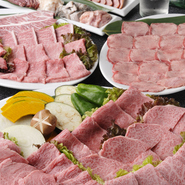焼肉大皿盛り+鍋+飲み放題付きの『迎賓館欲張りプラン』。特選塩ねぎタンや特選カルビなどの特選牛と4種類の鍋(キムチチゲ・テッチャン鍋・ちりとり鍋・プルコギ焼き)から選べる大人気のセットです。