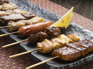 牛・豚・鶏肉の串焼きすべてが味わえる『串焼き盛り合わせ』