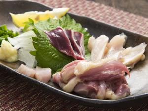朝挽きの新鮮な鶏を使い、4種類の美味しさが楽しめる『鳥刺し』