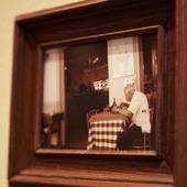 ピエモンテの風景写真などが飾られる店内