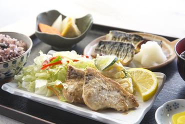 二通りの味がそれぞれ楽しめる『魚二種盛り定食』