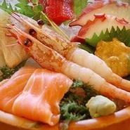 各地で水揚げされた鮮魚、兵庫県の養鶏場で育てられた「日本一のこだわり卵」、地元産コシヒカリなど、さまざまな厳選食材がそろっている【会席亭 かくじゅう】。四季の移り変わりを料理から感じられるお店です。