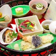 旬の前菜をはじめ、刺身盛りや旬の煮物などが花籠に盛り込まれた御膳。食事会や宴会などにもおすすめです。