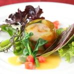 彩りが鮮やかなサラダ仕立て、『鮮魚と海老のゼリー寄せ』