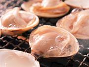 自家製の焼ダレをたっぷり付けて召し上がれ。貝の中に詰まった大きな身とぷりぷりした食感がたまりません。