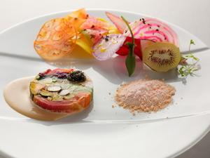 36種類もの野菜が饗宴。色鮮やかで美味なる『野菜のコンポジション テリーヌ仕立て』