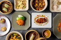 - タラバ蟹と上海蟹味噌入り黄金炒飯 ¥2,600 - 本場四川式 麻婆豆腐 ¥3,000 - 活け伊勢海老とトリュフ入り蒸し餃子 ¥2,000 - 四川式鶏もも肉のスパイシー炒め ¥4,200 - 海鮮あんかけ焼きそば ¥2,600