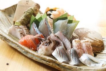 【魚秀】の看板メニュー『港の刺盛り 極上』 ※画像は二人前