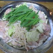 使用する食材は、美味しいものに徹底してこだわり厳選吟味。『久留米とんこつ塩もつ鍋』や『焼鳥』をはじめ、地元久留米ならではの味わいをたっぷりと満喫できます。