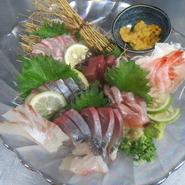 旬の味わいを楽しめる市場より直送の鮮魚は絶品! 彩りよく盛った『鮮魚刺身盛り合せ』でご堪能いただけます。今宵の一杯とともに乙な時間をどうぞ。