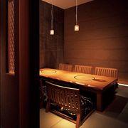 接待や会食にも使用できる、落着いた雰囲気の掘りごたつ個室