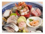 旬の魚介類を種類豊富に盛り合わせた一皿です。2人前・・・2500円~/3人前・・3300円~