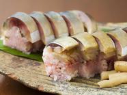 美味! 寿し飯がほんのり桃色の『さば寿司』