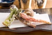 小さなサイズの素材は濃厚な旨みが特徴。天ぷらにすることで甘みも増し、旬の味を丸ごといただけます。