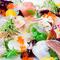 彩り美しく盛り付けられた『本日の鮮魚のカルパッチョ』