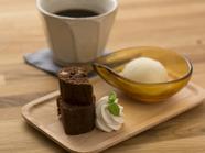 カフェタイムに甘いスイーツでほっとひと息『ブラウニーケーキ』